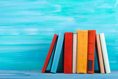 Stapel kleurrijke boeken, grungy blauwe achtergrond, vrije exemplaarruimte Stock Fotografie
