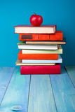 Stapel kleurrijke boeken, grungy blauwe achtergrond, vrije exemplaarruimte Stock Foto's