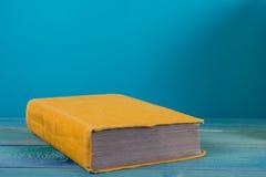 Stapel kleurrijke boeken, grungy blauwe achtergrond, vrije exemplaarruimte Royalty-vrije Stock Foto's