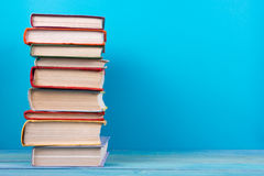 Stapel kleurrijke boeken, grungy blauwe achtergrond, vrije exemplaarruimte Royalty-vrije Stock Afbeelding