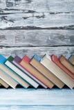Stapel kleurrijke boeken schaar en potloden op de achtergrond van kraftpapier-document Terug naar School Boek, boek met harde kaf royalty-vrije stock foto