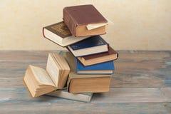 Stapel kleurrijke boeken schaar en potloden op de achtergrond van kraftpapier-document Terug naar School Boek, boek met harde kaf stock foto's