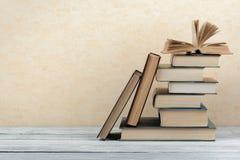 Stapel kleurrijke boeken schaar en potloden op de achtergrond van kraftpapier-document Terug naar School Boek, boek met harde kaf royalty-vrije stock fotografie