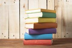 Stapel kleurrijke boeken schaar en potloden op de achtergrond van kraftpapier-document Terug naar School Exemplaarruimte voor tek Royalty-vrije Stock Afbeelding
