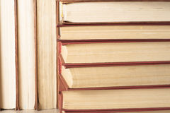 Stapel kleurrijke boeken schaar en potloden op de achtergrond van kraftpapier-document Terug naar School Exemplaarruimte voor tek Royalty-vrije Stock Foto's
