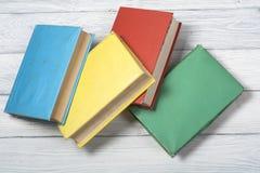 Stapel kleurrijke boeken schaar en potloden op de achtergrond van kraftpapier-document Terug naar School Exemplaarruimte voor tek Royalty-vrije Stock Afbeeldingen