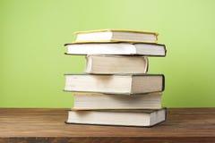 Stapel kleurrijke boeken schaar en potloden op de achtergrond van kraftpapier-document Terug naar School Exemplaarruimte voor tek Stock Foto
