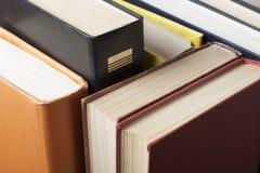 Stapel kleurrijke boeken schaar en potloden op de achtergrond van kraftpapier-document Terug naar School Exemplaarruimte voor tek Royalty-vrije Stock Fotografie