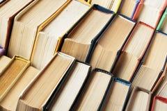 Stapel kleurrijke boeken schaar en potloden op de achtergrond van kraftpapier-document Terug naar School Exemplaarruimte voor tek Stock Foto's