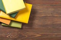 Stapel kleurrijke boeken schaar en potloden op de achtergrond van kraftpapier-document Terug naar School Exemplaarruimte voor tek Royalty-vrije Stock Foto