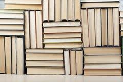 Stapel kleurrijke boeken schaar en potloden op de achtergrond van kraftpapier-document Terug naar School Exemplaarruimte voor tek stock afbeeldingen