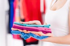 Stapel kleurrijke kleren. Stock Fotografie