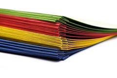Stapel kleurrijke losbladige bindmiddelen Stock Fotografie