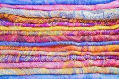 Stapel kleurrijke stoffen op de markt royalty-vrije stock foto