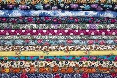 Stapel kleurrijke stoffen Sluit omhoog Achtergrond Stock Foto's