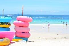 Stapel kleurrijke zwemmende ringen op het strand in Thailand Stock Fotografie