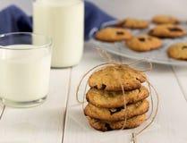 Stapel koekjes met chocolade op een lijst Stock Foto