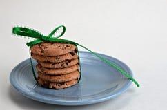 Stapel koekjes met een groene boog Stock Foto
