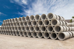 Stapel konkrete Abflussrohre für Brunnen und Wasserführungen Lizenzfreie Stockfotografie