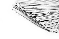 Stapel kranten in geïsoleerd zwart-wit Stock Afbeelding