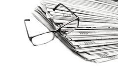 Stapel kranten in geïsoleerd zwart-wit Stock Afbeeldingen