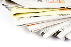 Stapel kranten in geïsoleerde kleur Stock Foto