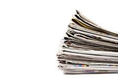 Stapel kranten in geïsoleerdeo kleur Royalty-vrije Stock Afbeeldingen