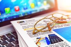 Stapel kranten op laptop en oogglazen Stock Afbeelding