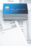 Stapel Kreditkarten auf Aussagen Lizenzfreie Stockfotos