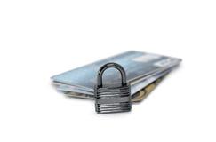 Stapel Kreditkarten mit Vorhängeschloß Stockfotografie