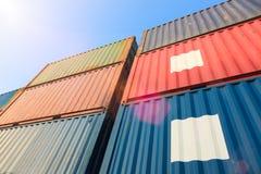 Stapel Ladung-Behälter an den Docks lizenzfreie stockfotos