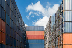 Stapel Ladung-Behälter an den Docks stockfotografie