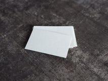Stapel lege adreskaartjes op een houten oppervlakte Stock Fotografie