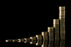 Stapel Münzen über schwarzem Hintergrund Stockfotos