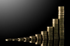 Stapel Münzen über schwarzem Hintergrund Lizenzfreie Stockfotos