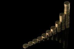 Stapel Münzen über schwarzem Hintergrund Lizenzfreie Stockbilder