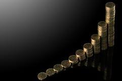 Stapel Münzen über schwarzem Hintergrund Stockfoto