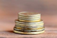 Stapel Münzen auf einem hölzernen Hintergrund finanzierung Haus mit Reflexion nahaufnahme Stockbild