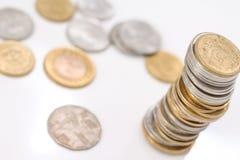 Stapel Münzen auf weißem Hintergrund lizenzfreies stockfoto