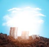 Stapel Münzen aus den Grund auf einem Hintergrund des hellen bewölkten Himmels Lizenzfreies Stockfoto