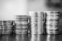 Stapel Münzen, die Wachstum in Schwarzweiss zeigen lizenzfreie stockfotos