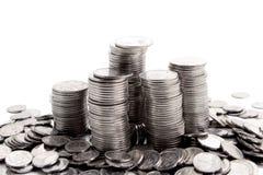 Stapel Münzen getrennt auf einem Weiß Lizenzfreies Stockfoto