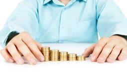 Stapel Münzen mögen Diagramm mit der Hand Lizenzfreie Stockfotografie