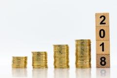 Stapel Münzen mit Holzklotz, Bildgebrauch für langfristige Investition für Nutzen, Geschäftskonzept Stockfotografie