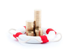 Stapel Münzen mit Rettungsgürtel Lizenzfreie Stockfotos