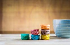 Stapel macarons mit einem Tasse Kaffee Lizenzfreies Stockfoto