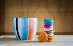 Stapel macarons mit einem Tasse Kaffee Lizenzfreie Stockfotografie