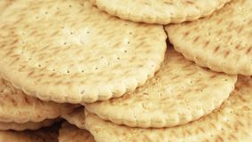 Stapel magere koekjes stock footage