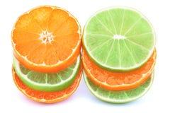 Stapel mandarijnen en geïsoleerde kalkplakken Royalty-vrije Stock Foto