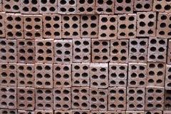 Stapel Mauerziegel gemacht vom roten Lehm Stockbild